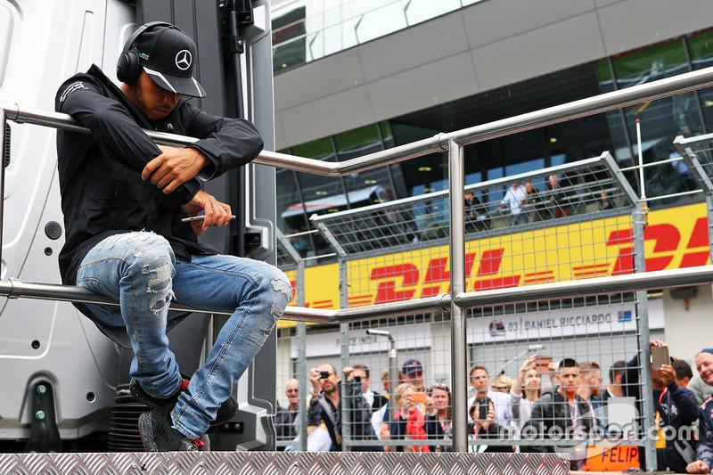 Lewis Hamilton en el desfile de pilotos