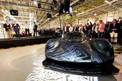 Andy Palmer, President & Chief Executive Officer, Aston Martin Lagonda Ltd met de Aston Martin AM-RB