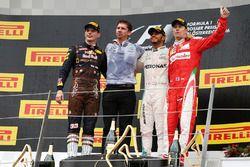 Podio: ganador de la carrera Lewis Hamilton, Mercedes AMG F1 celebra con el segundo lugar Max Versta