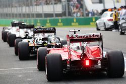 Sebastian Vettel, Ferrari SF16-H rejoint la file à la sortie des stands