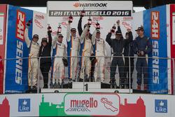 Podio SP3: Ganador #284 Nova Race Ginetta G55 GT4: Luca Rangoni, Luca Magnoni, Roberto Gentili; segu