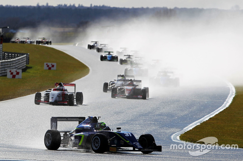 Formelautos im Regen