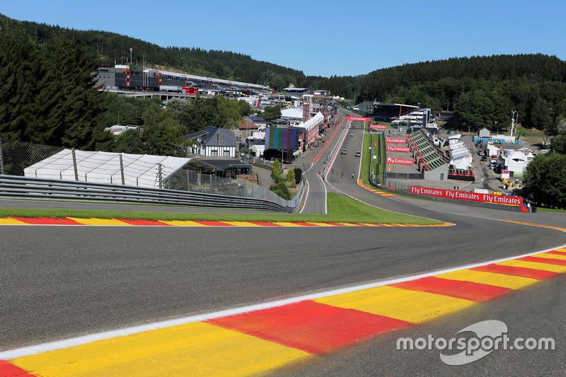 A pista tem 19 curvas, sendo oito para a direita e 11 para a esquerda. Um dos destaques é a famosa Eau Rouge, que tem grande elevação em sua tomada.