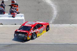 Dale Earnhardt Jr., Hendrick Motorsports Chevrolet, kazanın ardından garaja dönüyor