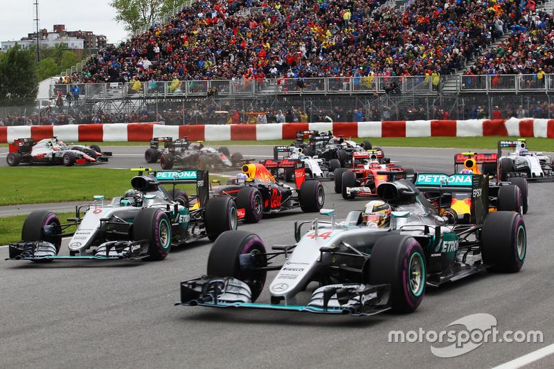 Льюїс Хемілтон, Mercedes AMG F1 W07 Hybrid та партнер по команді Ніко Росберг, Mercedes AMG F1 W07 Hybrid в другому повороті гонки