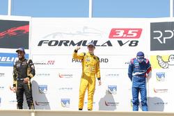Podium: Ganador, Louis Deletraz, Fortec Motorsports, segundo, Roy Nissany, Lotus, tercero, Egor Orud