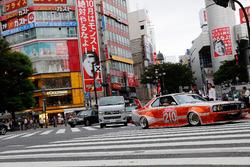 Daniel Ricciardo y Max Verstappen, Red Bull Racing conducen alrededor de Tokio en un coche de Bosozu