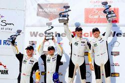 Podium : les vainqueurs #4 Corvette Racing Chevrolet Corvette C7.R: Oliver Gavin, Tommy Milner; les deuxièmes, #3 Corvette Racing Chevrolet Corvette C7.R: Antonio Garcia, Jan Magnussen