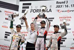 Podium: winnaar Joao Paulo de Oliveira, Team Impul, tweede plaats Kazuki Nakajima, Team Tom's, derde