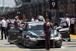 Grid girl of Attila Tassi, Seat Leon, B3 Racing Team Hungary