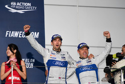 Podium GTE PRO: winnaars #67 Ford Chip Ganassi Racing Team UK Ford GT: Andy Priaulx, Harry Tincknell