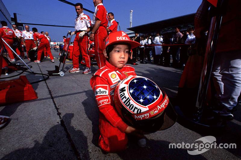 Un joven fan de Michael Schumacher, Ferrari con el casco