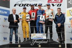 Podium: Racewinnaar Egor Orudzhev, Arden Motorsport; tweede plaats Louis Deletraz, Fortec Motorsport