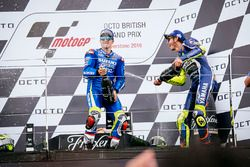 Podium : le vainqueur Maverick Viñales, Team Suzuki MotoGP, et le troisième Valentino Rossi, Yamaha Factory Racing