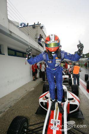 Ganador de la carrera Raúl Guzmán Marchina, DR Formula celebra