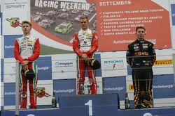 Podio Gara 2: il secondo classificato Juri Vips, Prema Powerteam, il vincitore della gara Mick Schu