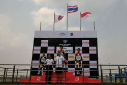 Podium: juara Somkiat Chantra, posisi kedua Ryusei Yamanaka, dan podium ketiga Andi Gilang