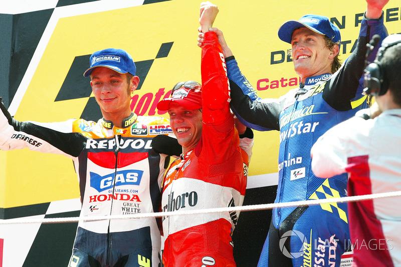 Podio: 1º Loris Capirossi, 2º Valentino Rossi, 3º Sete Gibernau