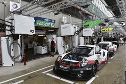 #93 Porsche GT Team Porsche 911 RSR: Patrick Pilet, Nick Tandy, Earl Bamber, #94 Porsche GT Team Porsche 911 RSR: Romain Dumas, Timo Bernhard, Sven Müller, pit lane