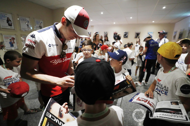 Charles Leclerc, Sauber signs autographs for grid kids
