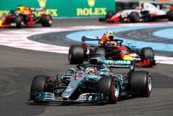 Lewis Hamilton, Mercedes AMG F1 W09, devant Max Verstappen, Red Bull Racing RB14, Daniel Ricciardo, Red Bull Racing RB14, et Kevin Magnussen, Haas F1 Team VF-18