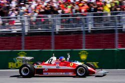 Jacques Villeneuve pilote la Ferrari 312T3 de son père Gilles Villeneuve lors d'un tour de parade