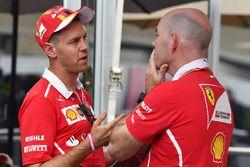 Sebastian Vettel, Ferrari e Jock Clear, Chief Engineer Ferrari