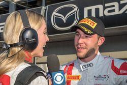 Ganador de la carrera Kelvin van der Linde, Team Magnus