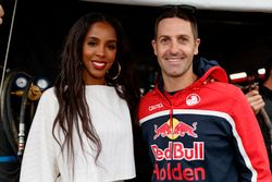 L'ancienne chanteuse des Destiny's Child Kelly Rowland discute avec Jamie Whincup, Triple Eight Race Engineering Holden