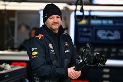 Механик Red Bull Racing с фотокамерой