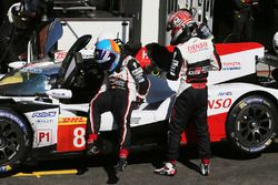 #8 Toyota Gazoo Racing Toyota TS050: Kazuki Nakajima, Fernando Alonso dans les stands