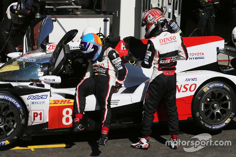 #8 Toyota Gazoo Racing Toyota TS050: Kazuki Nakajima, Fernando Alonso, in the pits