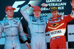 Podio: il vincitore della gara Mika Hakkinen, McLaren, il secondo classificato David Coulthard, McLaren, il terzo classificato Heinz-Harald Frentzen Williams
