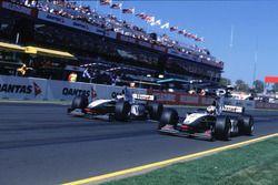 Mika Hakkinen, McLaren Mercedes supera David Coulthard, McLaren
