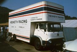 Camion del team Hesketh Racing nel paddock