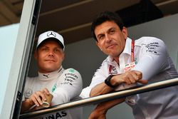 Valtteri Bottas, Mercedes-AMG F1 y Toto Wolff, Mercedes AMG F1 Director de Motorsport