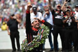 Will Power, Team Penske Chevrolet celebrates the win by kissing the yard of bricks