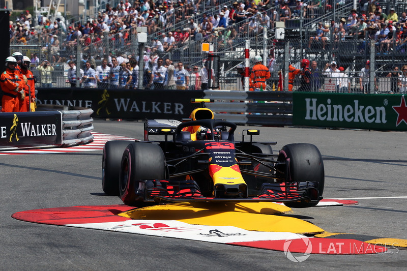 Max Verstappen, Red Bull Racing RB14 percute le rail