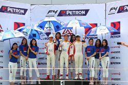Presley Martono, pemenang Race 5, berdiri di podium