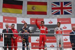 Podio: Pat Fry, Ferrari, Sebastian Vettel, Red Bull Racing, Fernando Alonso, Ferrari y Jenson Button, McLaren celebran