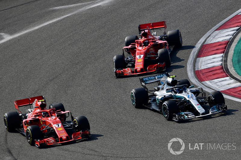Kimi Raikkonen, Ferrari SF71H, Valtteri Bottas, Mercedes-AMG F1 W09 EQ Power y Sebastian Vettel, Ferrari SF71H