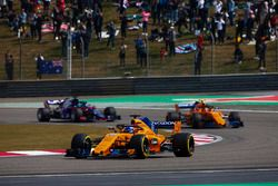 Fernando Alonso, McLaren MCL33 Renault, Stoffel Vandoorne, McLaren MCL33 Renault, y Brendon Hartley, Toro Rosso STR13 Honda
