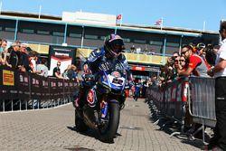 Alex Lowes, Pata Yamaha se rend au parc fermé après avoir signé la pole position