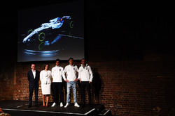 Paddy Lowe, Claire Williams, Lance Stroll, Sergey Sirotkin et Robert Kubica sur la scène au lancement de la Williams FW41