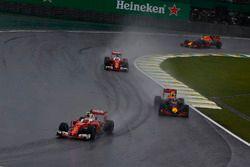 Kimi Raikkonen, Ferrari SF16-H, devant Max Verstappen, Red Bull Racing RB12, Sebastian Vettel, Ferrari SF16-H, et Daniel Ricciardo, Red Bull Racing RB12