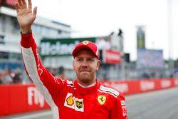 Ganador de la pole position Sebastian Vettel, Ferrari, celebra
