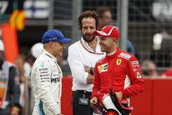 Le poleman Sebastian Vettel, Ferrari, parle à Valtteri Bottas, Mercedes AMG F1
