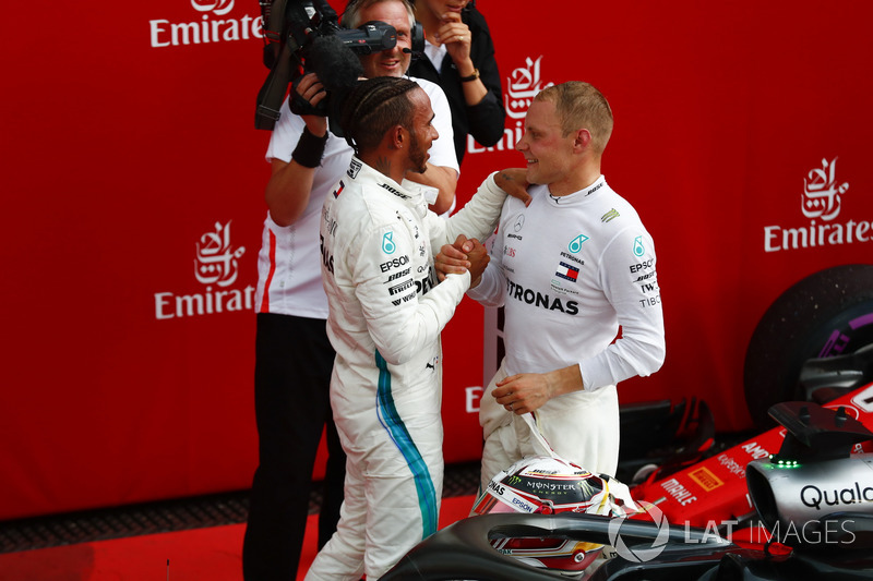 Lewis Hamilton, Mercedes AMG F1, felicitado por Valtteri Bottas, Mercedes AMG F1