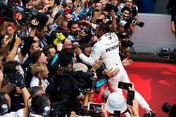 Il vincitore della gara Lewis Hamilton, Mercedes AMG F1, festeggia con il team nel parco chiuso