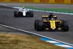 Nico Hulkenberg, Renault Sport F1 Team R.S. 18, leads Sergey Sirotkin, Williams FW41
